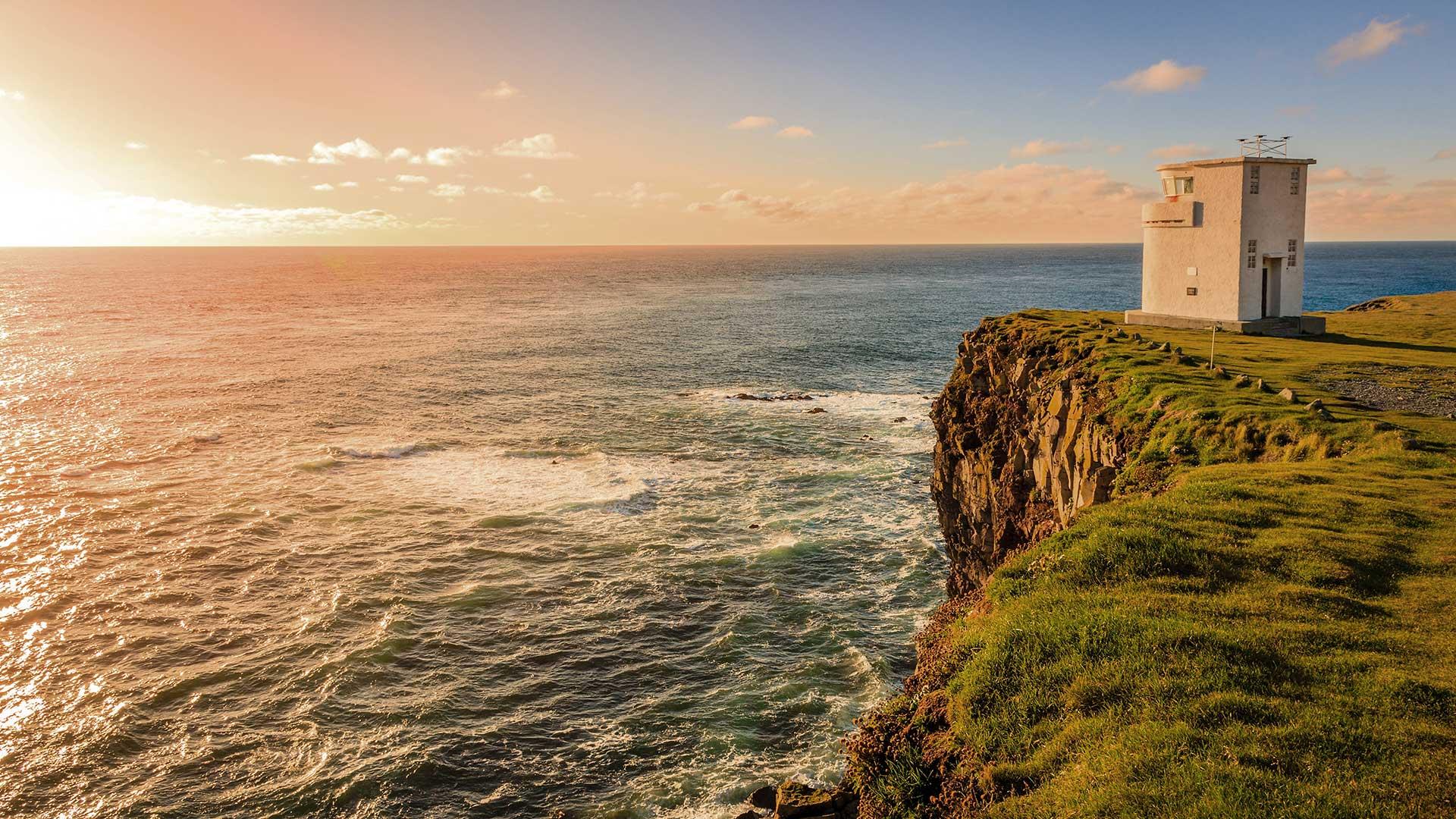 latrabjarg_lighthouse_sunset